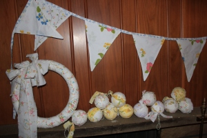 A bunting, a wreath and 12 fabric ornaments. Split it up and give as gifts or adorn your own little world with vintage loveliness. Perfect for that shabby vintage look, a girl's room, a nursery or kitchen. Possibilities are endless!
